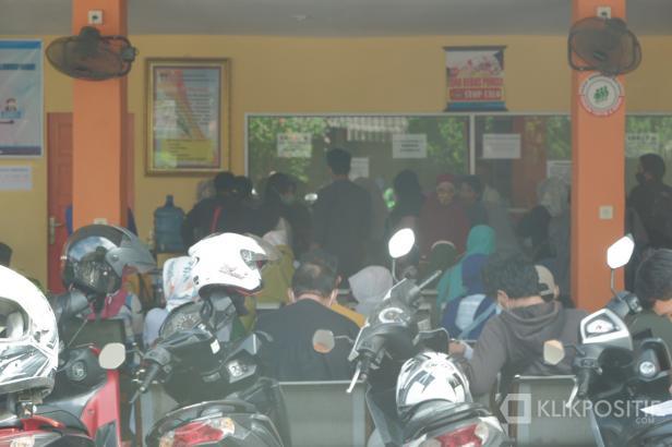 Masyarakat mengantri mengurus data diri di Disdukcapil Kota Padang