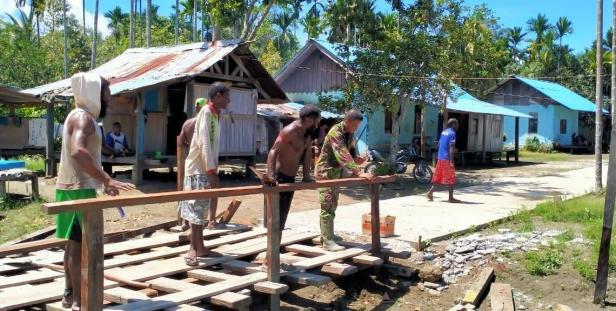 Sertu Sahrul Komsos di Kampung Dorba