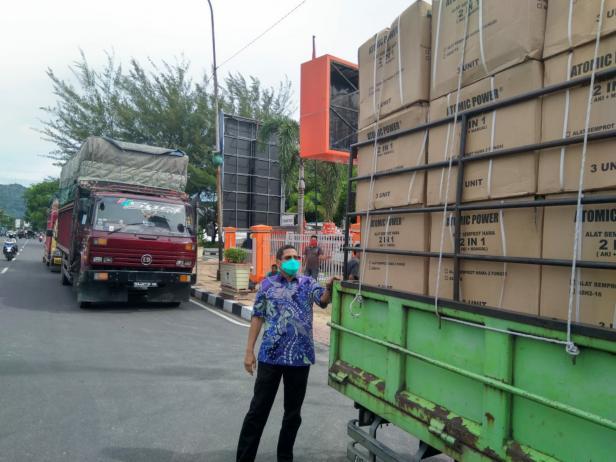 Kepala BPBD Sumbar, Erman Rahman saat memeriksa alat semprot yang baru tiba dari Jakarta, Selasa (5/5).