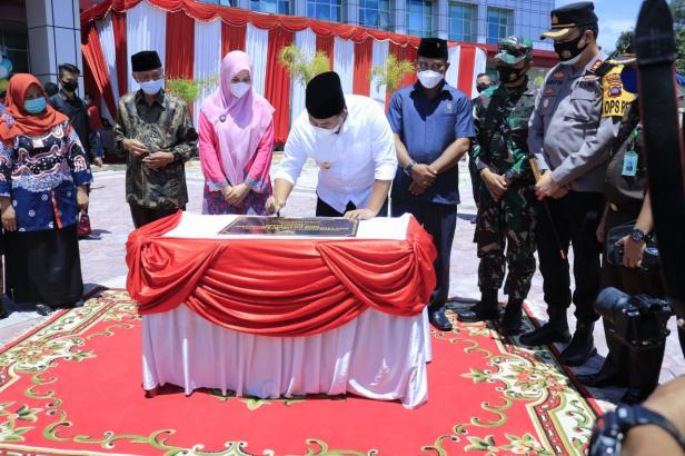 Bupati Dharmasraya Sutan Riska Tuanku Kerajaan menandatangani prasasti gedung baru RSUD Sungai Dareh didampingi unsur Forkopimda dan lainnya.