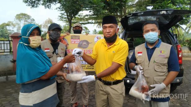 Camat Payakumbuh Selatan Junaidi didampingi Ketua YMBS Nasril Cutin dan Sekretaris YMBS Zaki Purnama saat menyerahkan secara simbolis Sambal Cinta kepada warga terdampak Pandemi COVID-19.