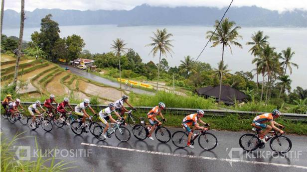 Jalan Kelok 44 dengan latar Danau Maninjau di Kabupaten Agam-Sumbar