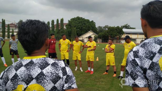 Tim Semen Padang FC saat latihan di Lapangan UNY