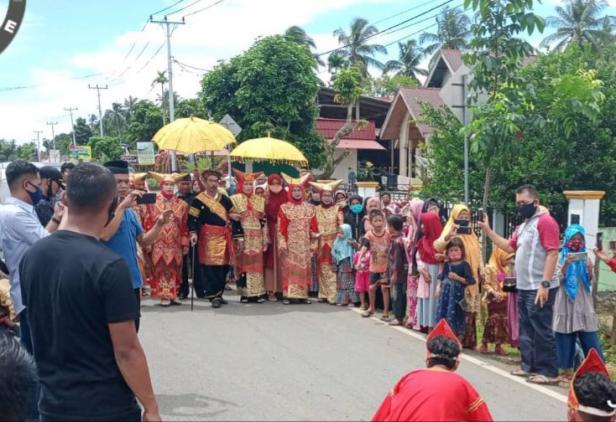 Penobatan sekaligus melewakan gelar Raja Adat berlangsung secara khidmat dan sakral di Rumah Gadang Datuak Rajo Rayo di Pasar Bukit, Kumpalan Banang, Linggo Sari Baganti.