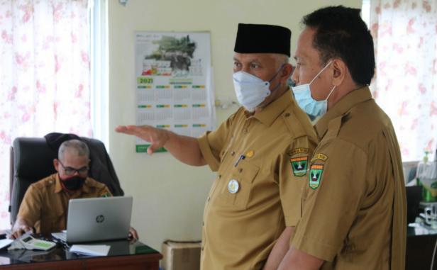Gubernur Sumbar Mahyeldi Ansharullah didampingi Kepala Dinas TPHP Sumbar Syafrizal saat sidak