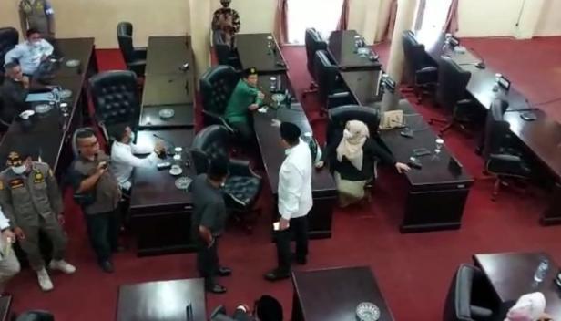 Bupati Solok, H. Epyardi Asda dan Ketua Fraksi PPP saling tunjuk saat berdebat dalam sidang paripurna