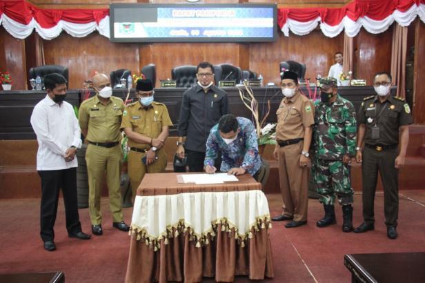 Penandatanganan kesepakatan pemberhentian ketua DPRD dan pengangkatan Lucky Efendi sebagai Plt. Ketua DPRD Solok