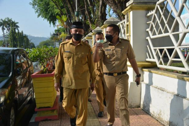 Gubernur Sumbar Mahyeldi Ansharullah dan Wagub Sumbar Audy Joenaldi serta pejabat eselon berjalan kaki menuju Mapolda