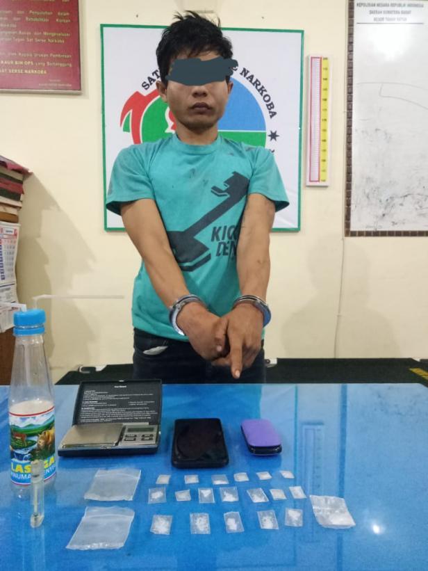 Tersangka ZK dan barang bukti di Mapolres Tanah Datar