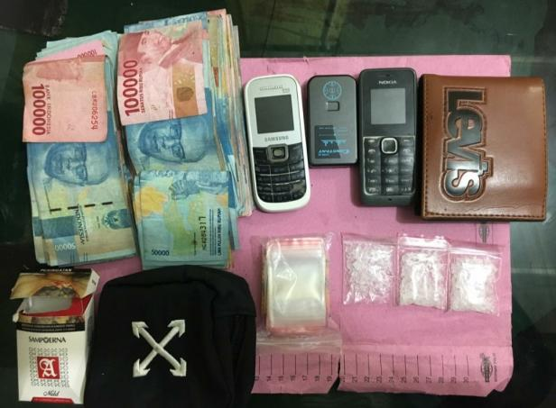 Tiga paket sedang sabu diamankan petugas dari dua pemuda di kota Solok