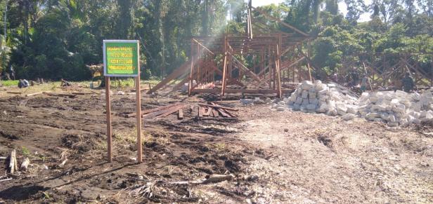 Sinergitas Babinsa Bangun Rumah Pastori di Lokasi Pra TMMD