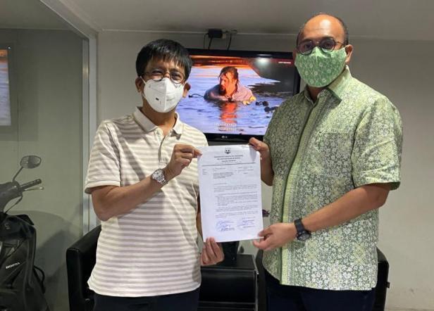 Andre Rosiade (kanan) menerima berkas berisikan aspirasi warga dari perwakilan warga di Kabupaten Sijiunjung.