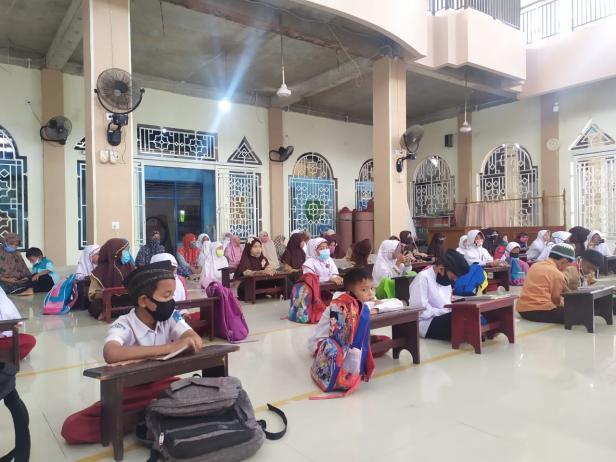 Siswa sedang belajar di salah satu masjid di Kota Padang