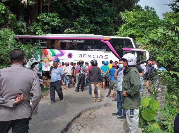 Bus Gracias tersekat di Kelok 10