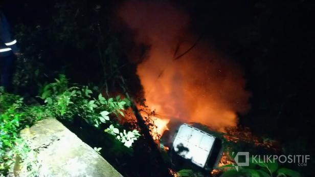 Satu unit dump truck alami kecelakaan tunggal masuk jurang dan Terbakar di bawah Jembatan Layang Kelok Sembilan.