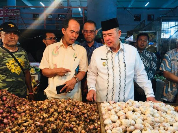 Wagub Sumbar Nasrul Abit saat meninjau harga bawang putih di Pasar Raya Padang, Jumat, 7 Februari 2020