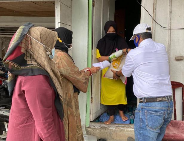 Tim DPD Gerindra Sumbar menyerahkan bantuan dari anggota DPR RI Andre Rosiade kepada guru honorer di Nanggalo, Gusmarni.