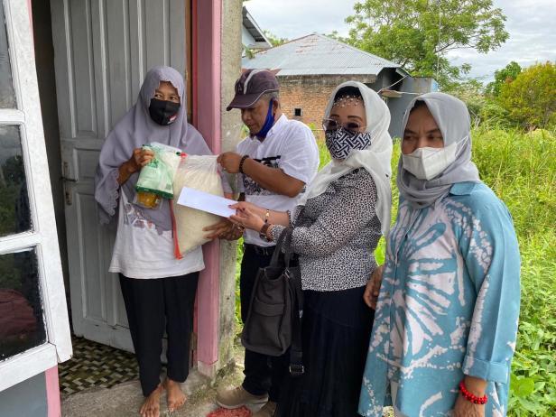 Pengurus Gerindra Sumbar menyerahkan bantuan dari Andre Rosiade kepada penjual lontong di Dadok Tunggul Hitam, Kototangah