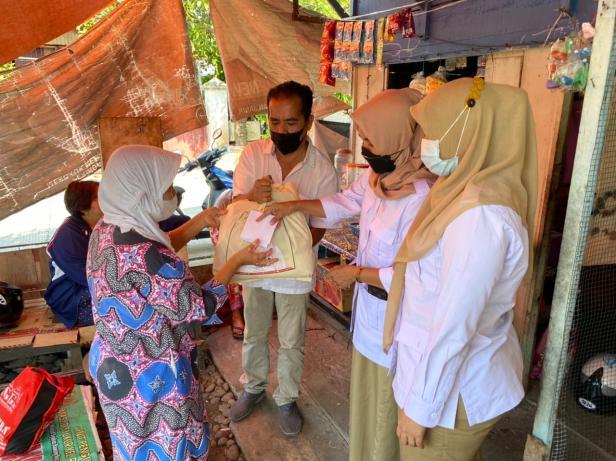 Pengurus DPD Gerindra Sumbar menyerahkan bantuan kepada Yani di rumahnya di Rawang, Padang Selatan, Selasa (27/7/2021)