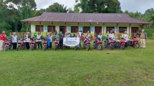 Rombongan UPZ Baznas semen Padang foto bersama di halaman MTs Ruhama, Dusu Pasapuat, Desa Saumanganya, kecamatan pagai Utara, Kabupaten Kepulauan Mentawai.
