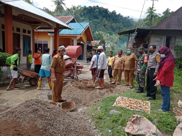 Camat Lubuk Kilangan Alfian Putra Ifadi bersama Babinsa, Babinkamtibmas memantau kegiatan BBGRM di Kelurahan Baringin, baru-baru ini