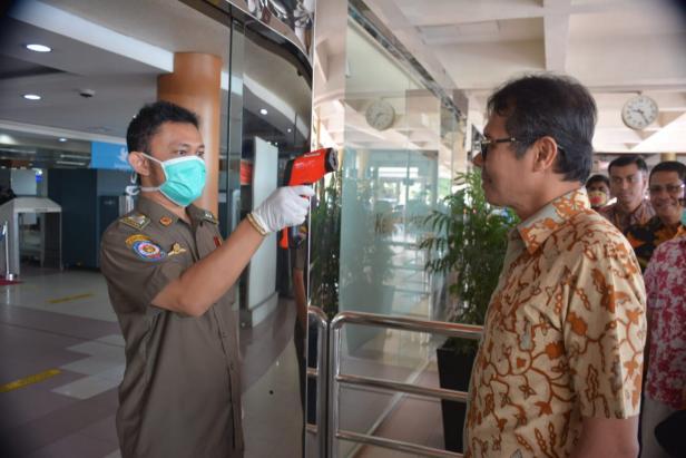 Gubernur Sumbar Irwan Prayitno saat cek suhu tubuh di BIM