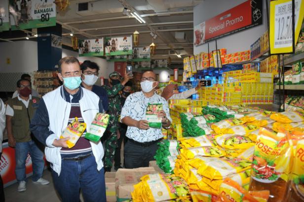 Wagub Sumbar Nasrul Abit saat mengunjungi pusat pembelanjaan di Kota Padang