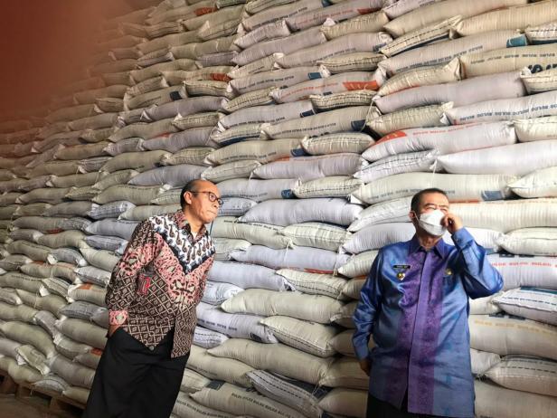Nasrul Abit meninjau ketersediaan beras di Bulog Sumbar