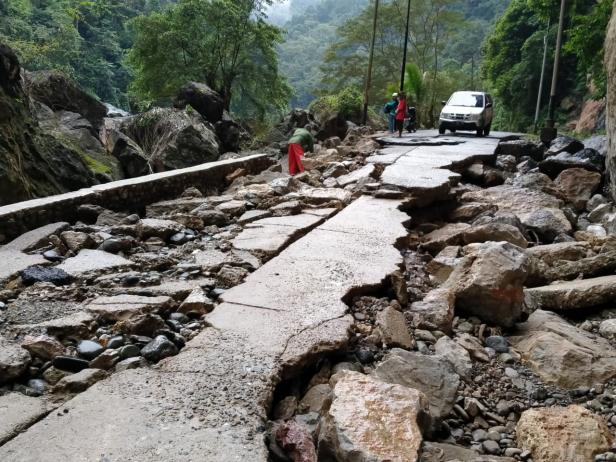 Ruas Jalan yang Rusak di Nagari Silokek, Kecamatan Sijunjung, Kabupaten Sijunjung.