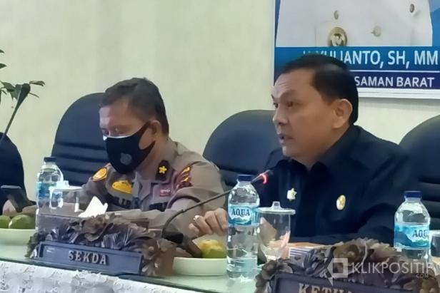 Sekda Yudesri saat membuka forum konsultasi publik rancangan awal RKPD Tahun 2022 di Auditorium kantor Bupati Pasaman Barat bersama Stakeholder