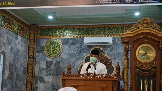 Bupati Dharmasraya, Sutan Riska Tuanku Kerajaan memberikan sambutan saat melaksanakan sholat Idul Adha 1441 Hijriah/2020 Masehi, di Masjid Agung Babussalam Kecamatan Pulau Punjung.