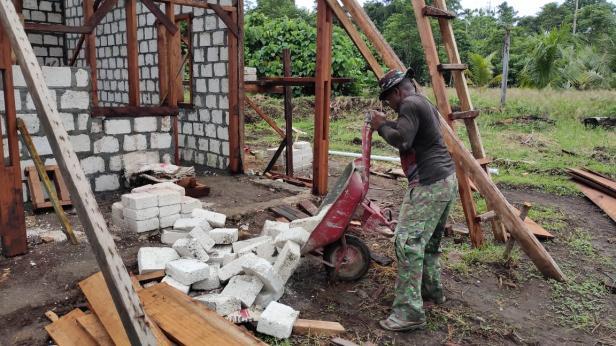 TMMD: Distribusi Batu Tela di Pembangunan Gereja dan Rumah Pastori