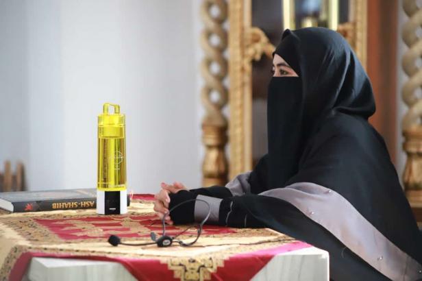 Umi Pipik Dian Irawati saat mengisi Tabligh Akbar jelang Ramadhan 1442 di Masjid Terapung Carocok Painan Pessel