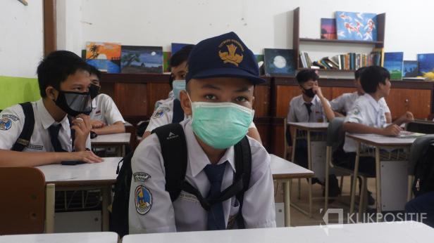 Siswa SMPN 1 Padang datang ke sekolah menggunakan masker