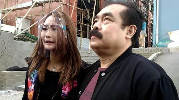 Pedangdut Inul Daratista didampingi suaminya, Adam Suseno saat ditemui di kawasan Kapten P. Tendean, Mampang Prapatan, Jakarta Selatan, Jumat (21/8/2020).