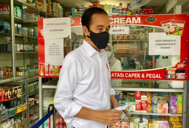 Presiden Jokowi mengunjungi salah satu apotek di Kota Bogor, Jabar, Jumat (23/07/2021).