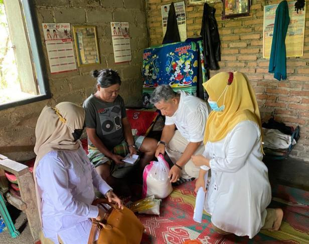 Tim Gerindra Sumbar menyerahkan bantuan dari Andre Rosiade kepada penderita penyakit komplikasi, Ramli di Belimbing, Kuranji.