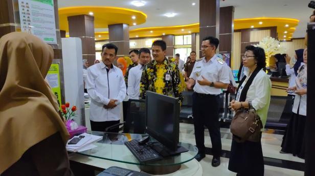 Wawako Payakumbuh, Erwin Yunaz mengajak sejumlah tamu berkeliling di MPP.