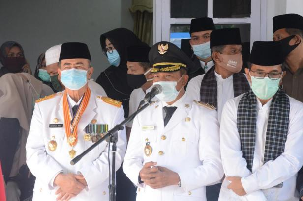 Wabup Tanah Datar Zuldafri Darma didampingi Wagub Sumbar Nasrul Abit melepas jenazah Almarhum Bupati Irdinansyah Tarmizi di Gedung Indo Jolito Batusangkar