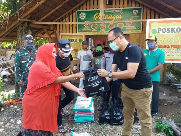 Anggota DPRD Pessel Novermal menyalurkan bantuan sembako dari Owner Dempo Group kepada masyarakat Nagari Pelangai Gadang, Kecamatan Ranah Pesisir, Kabupaten Pesisir Selatan, Provinsi Sumatera Barat.