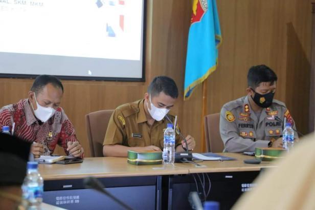 Wawako Solok, Dr. Ramadhani Kirana Putra memimpin rapat monev vaksinasi Covid-19 di Balaikota Solok