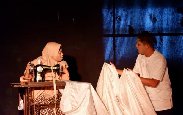 Aktor Teater Imam Bonjol saat pementasan naskah Penjual Bendera di Gedung Kebudayaan Sumatera Barat, Selasa, 29 September 2021