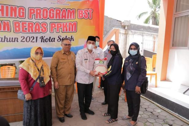 Wakil Wali Kota Solok, Ramadhani Kirana Putra menyerahkan bantuan beras PPKM kepada masyarakat penerima bantuan