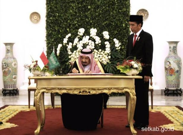 Presiden Jokowi menyaksikan Raja Salman menandatangani buku tamu kenegaraan di Istana Kepresidenan Bogor, Provinsi Jawa Barat, Rabu 1 Maret 2017.