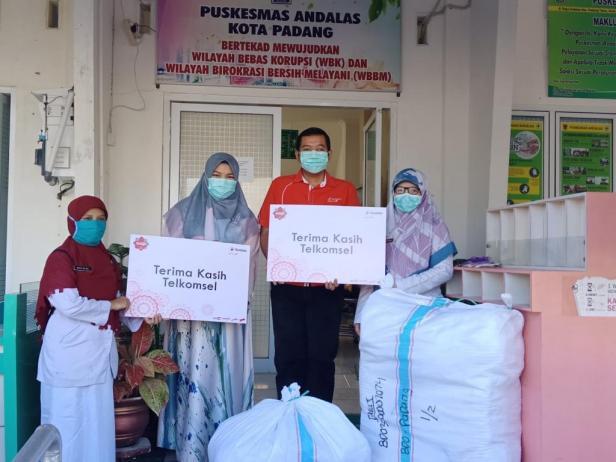 Bantuan APD untuk Puskesmas di Kota Padang oleh Telkomsel