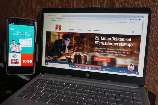 Melalui Program Merdeka Belajar Jarak Jauh (MBJJ), Telkomsel menyerahkan 140.000 Kartu Perdana Kuota Belajar GRATIS untuk para pelajar di Provinsi Sumatera Barat.