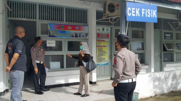 Perwakilan Ombudsman Sumbar saat di Samsat Padang