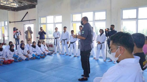 Andre Rosiade motivasi para karateka Sumbar saat menjalani pemusatan Latihan Tim Karate PON dan Tim Kejurnas Piala Panglima TNI di Lapangan KAN Kuranji, Padang.