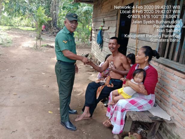 Serda Iryanto saat berikan bantuan