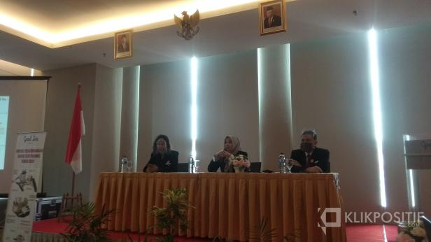 General Manager Hotel Grand Zuri Padang Surni Yanti (tengah)